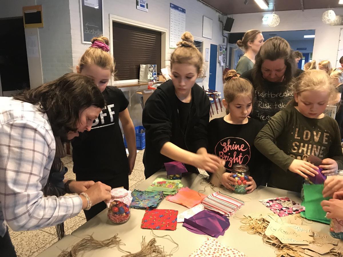 De meiden werken samen aan de Paasactie